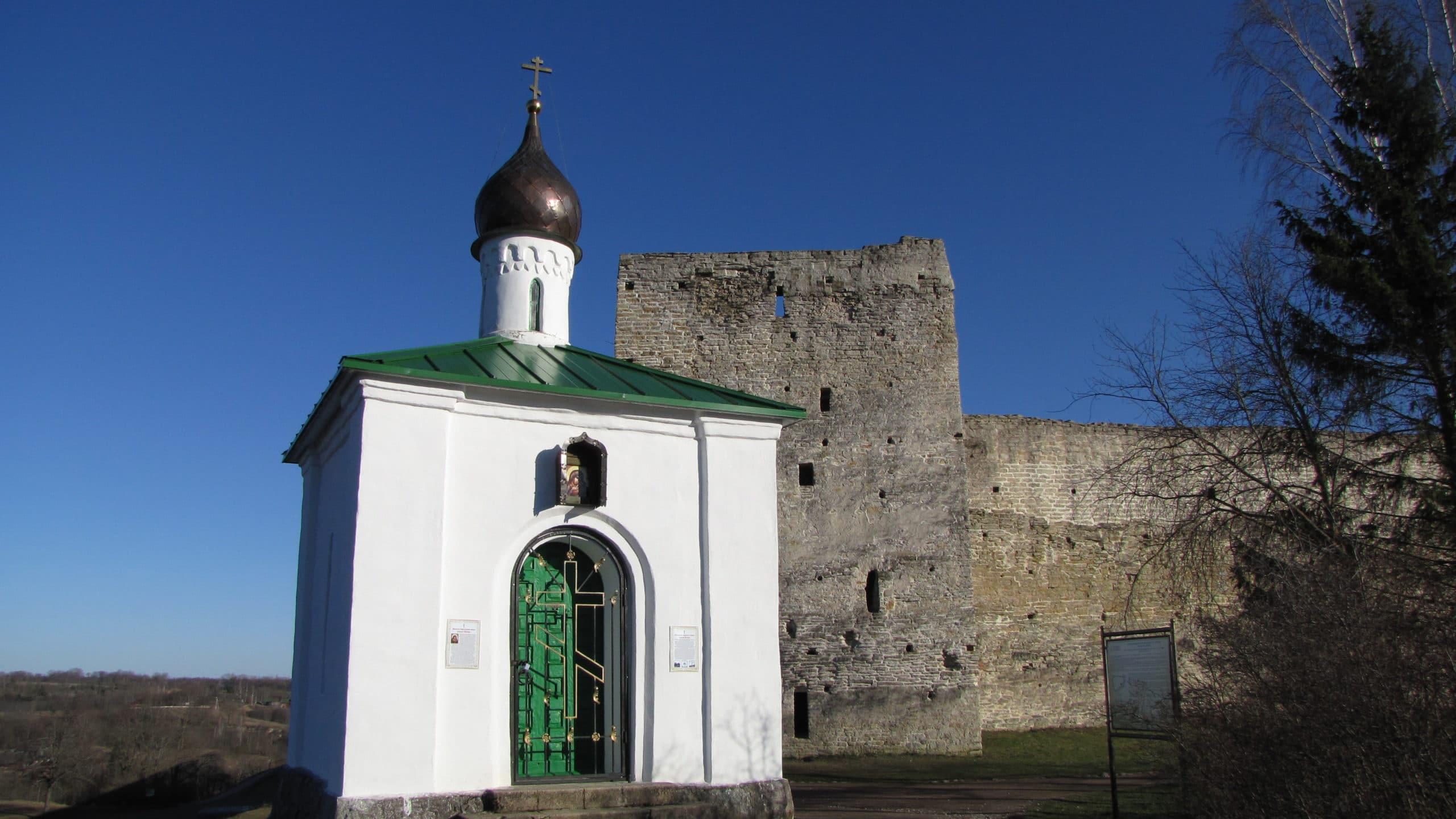 Исторический туризм: стена Изборской крепости