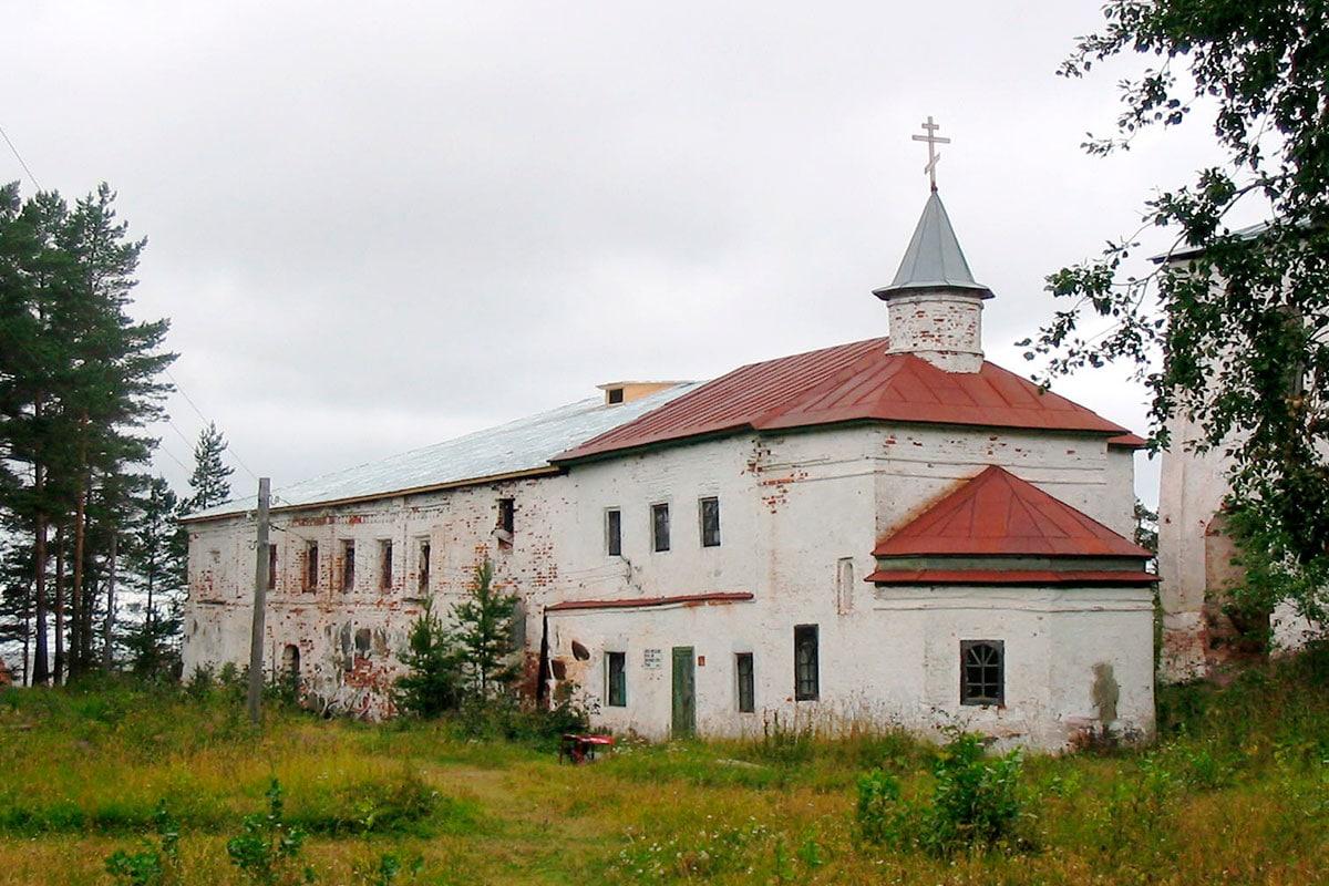 Онежский Крестный Монастырь, Надкладезная церковь