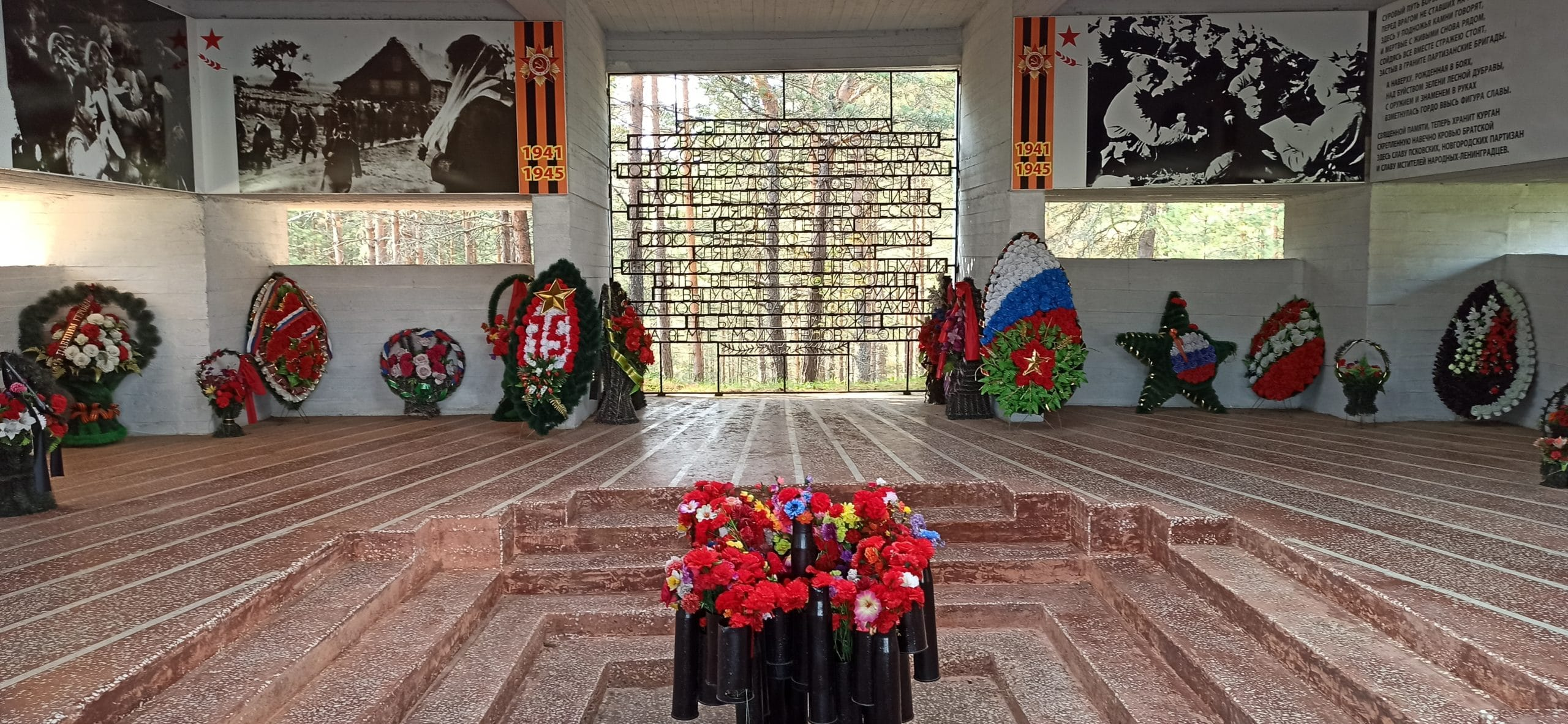 Вокруг Луги: Монумент Партизанская слава, памятный зал